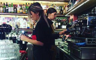 """Η Νατάσα Δρόση (αριστερά) μαθαίνει να διαχειρίζεται κάθε είδος καφέ «όπως του αρμόζει. Σήμερα εργάζομαι σε ένα κεντρικό μαγαζί, που ανήκει στο """"τρίτο κύμα"""", όπου δουλεύουν τον καφέ με ιδιαίτερα γευστικά χαρακτηριστικά»."""