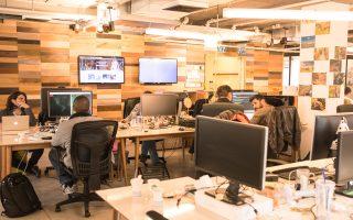 Η online πλατφόρμα Fiverr είναι ένα μελίσσι των millennials, αφού προσφέρει υπηρεσίες γραφιστικής, προγραμματισμού, digital marketing, μουσικής, βίντεο και animation, φωτογραφίας, αλλά και προγράμματα διασκέδασης, εκμάθησης τεχνών και γενικώς lifestyle. Δεξιά, ο CEO της εταιρείας, Μίκα Κάουφμαν.