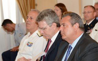 Ο υπουργός Αμυνας Π. Καμμένος, ο πρέσβης των ΗΠΑ Τζέφρι Πάιατ και ο αρχηγός ΓΕΕΘΑ Ευ. Αποστολάκης, στη χθεσινή εκδήλωση για τα 70 χρόνια από την ίδρυση του Γραφείου Αμυντικής Συνεργασίας.