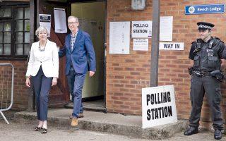 Η πρωθυπουργός Τερέζα Μέι και ο σύζυγός της Φίλιπ εξέρχονται από το εκλογικό τμήμα του Μέιντενχεντ.
