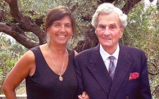 Ο Πάτρικ Λη Φέρμορ με τη συγγραφέα Ντολόρες Παγιάς.