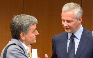 Η γαλλική πρωτοβουλία έχει σκοπό να βοηθήσει την ελληνική κυβέρνηση να βγει ευκολότερα στις αγορές, αλλά και να διευκολύνει την ΕΚΤ στη λήψη μιας ευνοϊκής απόφασης για την Αθήνα. Γι' αυτό δεν φαίνεται να είναι τυχαία και η επίσκεψη του υπουργού Οικονομικών της Γαλλίας, Μπρούνο Λεμέρ, τη Δευτέρα στην Ελλάδα.