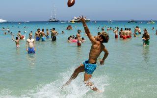 Ενα ρεκόρ για την Κύπρο. Με φωτογραφίες από τις γεμάτες τουρίστες παραλίες συνοδεύεται η είδηση ότι μόνο τον Μάιο η τουριστική κίνηση στο νησί αυξήθηκε κατά 14,7 τοις εκατό. Σύμφωνα με τον Κυπριακό Οργανισμό Τουρισμού, ο φετινός Μάιος είναι μήνας ρεκόρ, αυξάνοντας τις ελπίδες ότι και το καλοκαίρι του 2017 θα έχει τις μεγαλύτερες αφίξεις από κάθε άλλη χρονιά.  EPA/KATIA CHRISTODOULOU