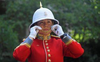 Ιστορία πολυπολιτισμικότητας και προσαρμογής. Η εικονιζόμενη Megan Couto,  από τον Καναδά και κατά τα φαινόμενα ασιατικής καταγωγής, είναι η πρώτη γυναίκα που καθοδήγησε την αλλαγή φρουράς στο Μπάκινχαμ. Σύμφωνα δε με τις αλλαγές που προωθούνται στον στρατό, δεν θα είναι σίγουρα και η τελευταία. REUTERS/Toby Melville