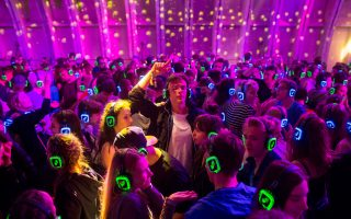 Και μαζί και μόνοι. Στο μουσικό φεστιβάλ Open'er  της Gdynia στην Πολωνία στήθηκε η πίστα με τους νέους να χορεύουν αποκλειστικά με μουσική στα ακουστικά τους. REUTERS/Matej Leskovsek