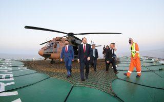 Ο Μπεράτ Αλμπαϊράκ, υπουργός Ενέργειας της Τουρκίας και γαμπρός του Ρετζέπ Ταγίπ Ερντογάν, αποβιβάζεται από το ελικόπτερο των τουρκικών δυνάμεων κατοχής, το οποίο προσνηώθηκε στο ωκεανογραφικό «Μπαρμπαρός» που πλέει στα ανοιχτά της Καρπασίας. Ο Αλμπαϊράκ προανήγγειλε γεωτρήσεις στην Ανατολική Μεσόγειο πριν από το τέλος του 2017, ενώ την ίδια ώρα οι τουρκικές αρχές δέσμευαν ξανά για ασκήσεις μέρος της κυπριακής ΑΟΖ. Σελ. 5