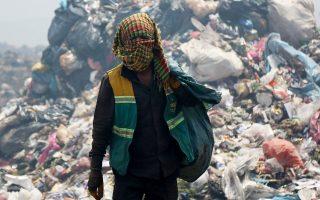 Ανακυκλώσιμα υλικά αναζητούν αυτοί οι άνδρες σε χωματερή της πόλης Ντιγιαρμπακίρ στη νοτιοανατολική Τουρκία.