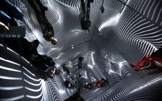 Επισκέπτες μέσα στο «Infinity Room», δωμάτιο με καθρέφτες όπου το φως δημιουργεί άπειρα επαναλαμβανόμενα μοτίβα. Εργο του Τούρκου καλλιτέχνη Ρεφίκ Αναντόλ, 13ο Digital Arts Festival, Αθήνα, Μάιος 2017.