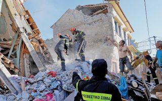 Μία νεκρή, αρκετούς τραυματίες, σοβαρές ζημιές σε δύο χωριά και εκατοντάδες αστέγους άφησε η χθεσινή ισχυρή σεισμική δόνηση των 6,1 Ρίχτερ στη θαλάσσια περιοχή νοτίως της Λέσβου. Το χωριό Βρίσα, από όπου και η φωτογραφία, σχεδόν ισοπεδώθηκε, καθώς το 70% των κτιρίων του κατέρρευσε ή υπέστη σοβαρές ζημιές. Οι κάτοικοί του πέρασαν τη νύχτα σε σκηνές υπό τον φόβο μετασεισμικών δονήσεων. Ζημιές καταγράφηκαν και στο Πλωμάρι. Λόγω του σεισμού, η ακτή της περιοχής «ανυψώθηκε» μερικά εκατοστά σε μήκος περίπου 10 χλμ.