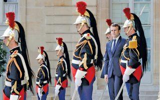 Την επαύριο του νέου εκλογικού θριάμβου του, ο Εμανουέλ Μακρόν κατευοδώνει προσκεκλημένους του, στο προαύλιο του Μεγάρου των Ηλυσίων.