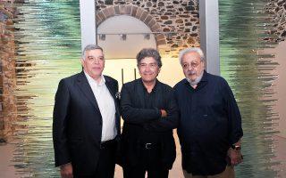 Αριστερά, ο εφοπλιστής Αντώνης Κομνηνός, ο Κώστας Βαρώτσος και ο Στέλιος Νιώτης, στα εγκαίνια της έκθεσης του καλλιτέχνη.