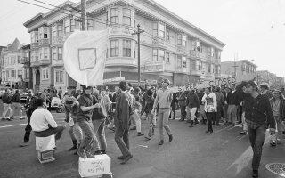 Πολύς κόσμος συγκεντρωνόταν στη γειτονιά Χάιτ Ασμπιουρι. Οι περισσότεροι έρχονταν για τη μουσική, αλλά και τα ναρκωτικά, για να αντισταθούν στον Πόλεμο του Βιετνάμ ή για να ξεφύγουν από την ανία του καλοκαιριού.