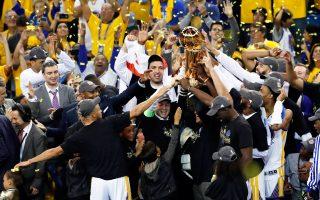 Το Γκόλντεν Στέιτ κατέκτησε το πρωτάθλημα στο ΝΒΑ, ενώ οι παίκτες του αποφάσισαν να μη συναντήσουν τον πρόεδρο των ΗΠΑ.