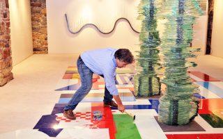 Από όλα τα νέα έργα που παρουσιάζει ο Κώστας Βαρώτσος στην Πινακοθήκη Κυκλάδων στη Σύρο ξεχωρίζει αυτό που αναφέρεται στην κρίση της Ευρώπης: Οι σημαίες των κρατών της Ε.Ε., φτιαγμένες από γυαλί, θρυμματίστηκαν από τον ίδιο –ένας συμβολισμός κατακερματισμού της ενότητας. Με την καινούργια έκθεσή του, ο Κ. Βαρώτσος αποδεικνύει πως όχι μόνο δεν έχει χάσει το σφρίγος του από την εποχή του «Δρομέα», αλλά ωριμάζει με τρόπο στοχαστικό.