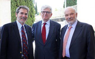 Μια πολιτιστική - εκπαιδευτική παρέα: ο Τζιμ Ράιτ από την Αμερικανική Σχολή, ο Αλέξης Φυλακτόπουλος και ο διευθυντής του Αμερικανικού Κολεγίου, Σπύρος Πολλάλης.