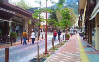 Το εμπορικό κέντρο του Καρπενησίου αναμορφώθηκε χάρη σε εκτενείς παρεμβάσεις της Τοπικής Αυτοδιοίκησης. Αρχιτέκτων του έργου, Ανδρέας Λαμπρόπουλος και συνεργάτες. Το έργο ξεκίνησε το 2011 και ολοκληρώθηκε πρόσφατα.