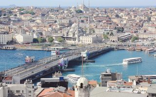 Οι επιπτώσεις της εξόδου των Τούρκων είναι ιδιαίτερα φανερές στην αγορά και στη μίσθωση ακινήτων, ιδιαίτερα στις περιζήτητες συνοικίες της Κωνσταντινούπολης, όπως στο Πέραν ή Μπέγιογλου. Οι μεσίτες κάνουν λόγο για τέλος εποχής: «Ολα είναι προς πώληση ή ενοικίαση».
