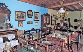 Ανασύσταση παραδοσιακής χιώτικης σαλοτραπεζαρίας. Η Καλλιμασιά της Χίου μπορεί να αισθάνεται περήφανη για τον μικρό θησαυρό που κρύβει το υπόγειο του Γυμνασίου της.