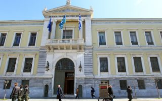 «Επειτα από σχεδόν 15 χρόνια επιτυχούς παρουσίας στη Βουλγαρία, η ΕΤΕ αποεπενδύει από τη UBB και την Interlease ώστε να πραγματοποιήσει τη δέσμευσή της προς τους μετόχους της και τις ευρωπαϊκές αρχές», δήλωσε ο CEO της ΕΤΕ Λεωνίδας Φραγκιαδάκης.