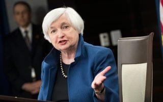 Η πρόεδρος της Fed Τζάνετ Γέλεν εκτίμησε χθες πως η πρόσφατη μείωση του πληθωρισμού είναι παροδική και ότι αυτός θα κινηθεί προς τον μακροπρόθεσμο στόχο, χάρη στην αύξηση της απασχόλησης το επόμενο διάστημα.