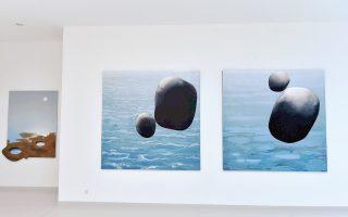 «Η θάλασσα όπως τη θυμάμαι», έργα του Κώστα Τσόκλη που παρουσιάζονται στην Τήνο. Οι «ονειρευόμενοι Ελληνες» του Νικήτα Σινιόσογλου, ως άλλοι Οδυσσείς, θυμίζουν τον στίχο του Aλβαρο ντε Κάμπος: «Πουθενά δεν μπορώ να σταθώ. Για με είναι πατρίδα όπου δεν είμαι».