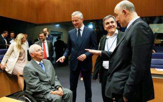 Ο Ελληνας υπουργός Οικονομικών Ευκλείδης Τσακαλώτος συνομιλεί με τον Γερμανό και τον Γάλλο ομόλογό του, Σόιμπλε και Λε Μερ, καθώς και με τον επίτροπο Οικονομικών της Ε.Ε. Πιερ Μοσκοβισί, στο περιθώριο του χθεσινού Eurogroup.
