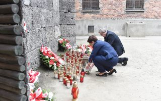 Η Πολωνή πρωθυπουργός ανάβει κερί στο Αουσβιτς.
