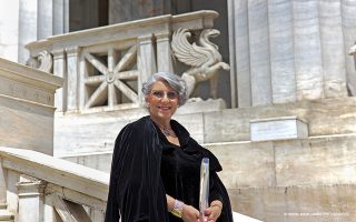 Η Αρτεμις Σκουμπουρδή, ξεναγός και ιστορικός τέχνης, φωτογραφημένη στην Εθνική Βιβλιοθήκη, είναι «κινητή εγκυκλοπαίδεια» της Αθήνας.