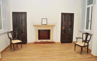 Στο πίσω μέρος του σπιτιού, υπάρχει το καθημερινό καθιστικό της οικογενείας Παλαμά, με τζάκι του 1840, που είναι το μόνο διατηρητέο καλλιτεχνικό στοιχείο.
