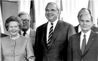 27 Ιουνίου 1988, Σύνοδος Κορυφής της ΕΟΚ στο Αννόβερο. Ο τότε Γερμανός καγκελάριος Χέλμουτ Κολ, ανάμεσα στη «Σιδηρά Κυρία» της Βρετανίας Μάργκαρετ Θάτσερ και στον Γάλλο πρόεδρο Φρανσουά Μιτεράν. Πίσω αριστερά, διακρίνεται ο Βρετανός υπουργός Εξωτερικών Τζέφρι Χάουι.