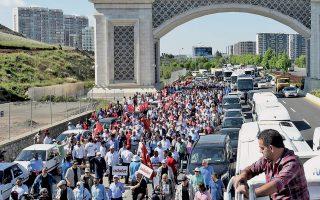 Χιλιάδες υποστηρικτές του Ρεπουμπλικανικού Λαϊκού Κόμματος (CHP) συνοδεύουν τον ηγέτη τους Κεμάλ Κιλιτσντάρογλου στο ξεκίνημα της μεγάλης πορείας από την Αγκυρα στην Κωνσταντινούπολη. Την πρωτοφανή, στα τουρκικά πολιτικά χρονικά, εκδήλωση πολιτικής ανυπακοής πυροδότησε η καταδίκη του Ενίς Μπερμπέρογλου, βουλευτή του CHP, σε φυλάκιση 25 χρόνων επειδή διοχέτευσε στον Τύπο ενοχοποιητικά στοιχεία για τις σχέσεις της κυβέρνησης με Σύρους τζιχαντιστές.