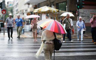Στα Σαββατοκύριακα του φετινού καλοκαιριού, μέχρι στιγμής, πρωταγωνιστεί η ομπρέλα της βροχής και όχι της παραλίας.
