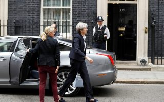 Η Βρετανίδα πρωθυπουργός Τερέζα Μέι καταφθάνει στην Ντάουνινγκ Στριτ, στο Λονδίνο.