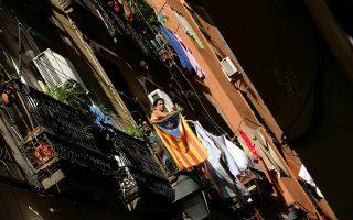 Σημαία της ανεξάρτητης Καταλωνίας σε μπαλκόνι της Βαρκελώνης.