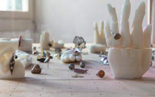 «Το σημείο της παλάμης», έργο της Αναστασίας Δούκα. Κοσμήματα από τον Χάρη Δούκα, σαπούνι, γυαλί και ξύλο.
