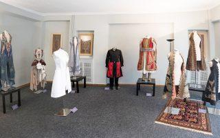 Γνήσιοι ντουλαμάδες –και οι γυναικείες τους βερσιόν, γνωστές ως «πιρπιρί»– συνομιλούν με τη μοντέρνα εκδοχή τους, φτιαγμένη από σχεδιαστές μόδας και καλλιτέχνες.