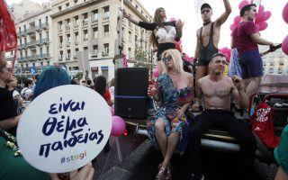 Κόσμος συμμετέχει στην ετήσια παρέλαση Athens Gay Pride της ομοφυλόφιλης κοινότητας, που ξεκίνησε από την πλατεία Συντάγματος στην Αθήνα, Σάββατο 10 Ιουνίου 2017.