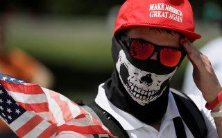 Το σύνθημα του Τραμπ «να ξανακάνουμε μεγάλη την Αμερική» κοσμεί το καπέλο διαδηλωτή στην κυριακάτικη συγκέντρωση της εθνικιστικής Δεξιάς, στην Ουάσιγκτον.