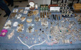 Περισσότερα από επτακόσια κιλά χρυσαφικά, πολύτιμοι λίθοι και άλλα τιμαλφή και κειμήλια, αξίας άνω των 10 εκατ. ευρώ, βρέθηκαν σε σπίτι ενεχυροδανειστή, βασικού κλεπταποδόχου της σπείρας των Ρομά με τις 3.000 διαρρήξεις και λεία άνω των 50 εκατ. ευρώ.
