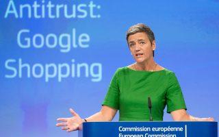 Η επίτροπος Ανταγωνισμού της Ευρωπαϊκής Επιτροπής Μαργκρέτε Βεστάγκερ ανακοίνωσε χθες την επιβολή προστίμου-μαμούθ στην Google, ύψους 2,42 δισ. ευρώ. Είναι το μεγαλύτερο πρόστιμο που έχει επιβάλει ποτέ η Κομισιόν για παράβαση των αντιμονοπωλιακών κανόνων και αναμένεται να έχει επιπτώσεις και στις ήδη ταραγμένες σχέσεις της Ε.Ε. με τις ΗΠΑ. Η Google κατηγορείται ότι αλλοίωνε τα αποτελέσματα των αναζητήσεων προκειμένου να προωθεί τη δική της υπηρεσία σύγκρισης τιμών προϊόντων.
