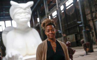 Η Κάρα Γουόκερ μπροστά από τη Σφίγγα της στο Μπρούκλιν. Το έργο γνώρισε μεγάλη επιτυχία με χιλιάδες επισκέπτες.