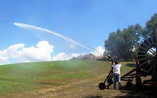 Το Ισραήλ αποφάσισε, αντί να μειώσει την τιμή του αγροτικού νερού, να επιδοτήσει τους αγροτικούς συνεταιρισμούς για την αγορά του.