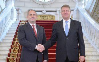 Οι πρόεδροι της Βουλγαρίας Ρούμεν Ράντεφ (αριστερά) και της Ρουμανίας Κλάους Γιοχάνις, κατά τη χθεσινή συνάντησή τους, στο Βουκουρέστι.