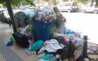 Από βαλίτσες μέχρι χριστουγεννιάτικα δένδρα μπορεί να βρει κανείς στις «μικρές χωματερές» που έχουν δημιουργηθεί στους δρόμους.