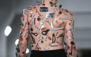 Φόδρες και κλωστές. Μάλλον δεν χρειάστηκε ο σχεδιαστής για την δημιουργία του συγκεκριμένου ρούχου. Η επίδειξη έγινε στο πλαίσιο του MAN, της εβδομάδας μόδας του Λονδίνου.  REUTERS/Neil Hall