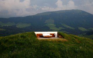 Ταβάνι από αστέρια. Καλλιτεχνική αλλά και εμπορική κίνηση αποτελεί το εικονιζόμενο ξενοδοχείο  Null-Stern- Hotel. Δημιουργοί του οι Ελβετοί καλλιτέχνες Frank και  Patrik Riklin που δημιούργησαν μια κρεβατοκάμαρα στις ελβετικές Αλπειες και σε υψόμετρο 1.200 μέτρων για όσους θέλουν να κοιμηθούν για μία τουλάχιστον φορά πάνω σε κρεβάτι και κάτω από τα αστέρια.  REUTERS/Arnd Wiegmann