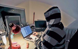 Νεαρός Κροάτης χάκερ ασκεί την τέχνη του σε μικρό διαμέρισμα στο κέντρο του Ζάγκρεμπ.