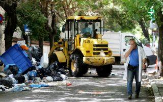 Η αποκομιδή  σκουπιδιών σε πολλούς δήμους της Αττικής θα καθυστερήσει λόγω της αναμονής στον ΧΥΤΑ Λιοσίων για άδειασμα απορριμματοφόρων.