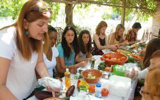 Αμερικανοί φοιτητές στους Αγίους Αναργύρους μαγειρεύουν και δοκιμάζουν τη λεσβιακή γαστρονομία, φτιάχνοντας οι ίδιοι παραδοσιακές συνταγές.