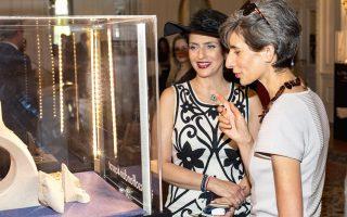 Η Ελένη Ζυγουράκη, Regional Manager Greece της Links of London στην Ελλάδα, παρουσιάζει τη συλλογή «Ascot Collection» στην πρέσβειρα της Μεγάλης Βρετανίας στην Ελλάδα Κέιτ Σμιθ.